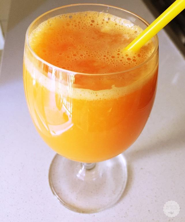 bicchiere cannuccia succo arancione