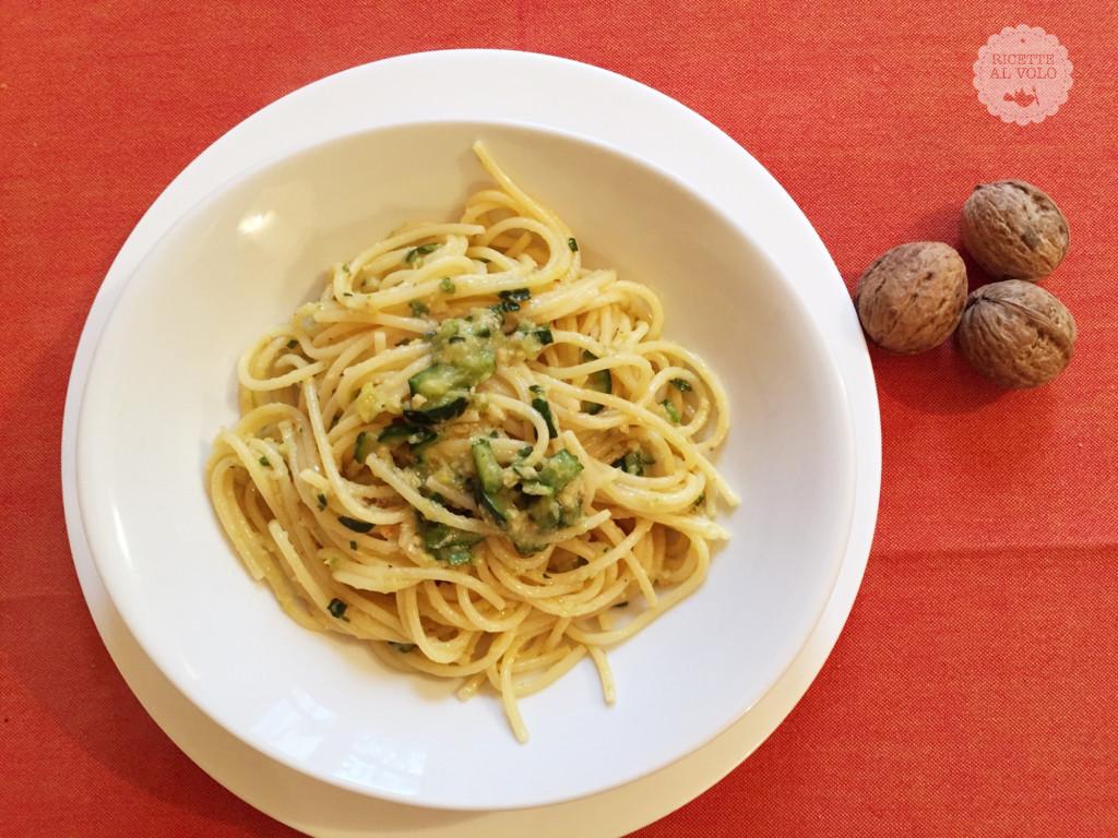 Spaghetti con noci e zucchine