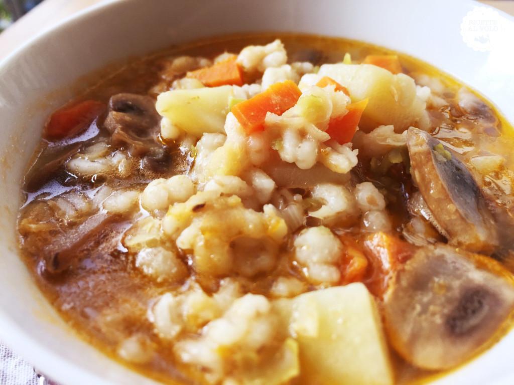 Zuppa d'autunno con patate, funghi e cereali