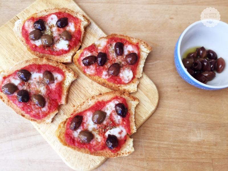 Crostini pane olive e pomodoro