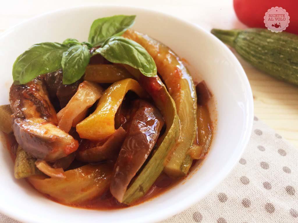 Contorno di melanzane, peperoni e zucchine in tegame
