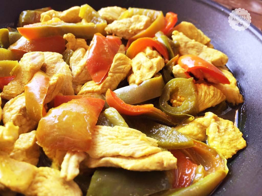 Petto di pollo con peperoni e curcuma