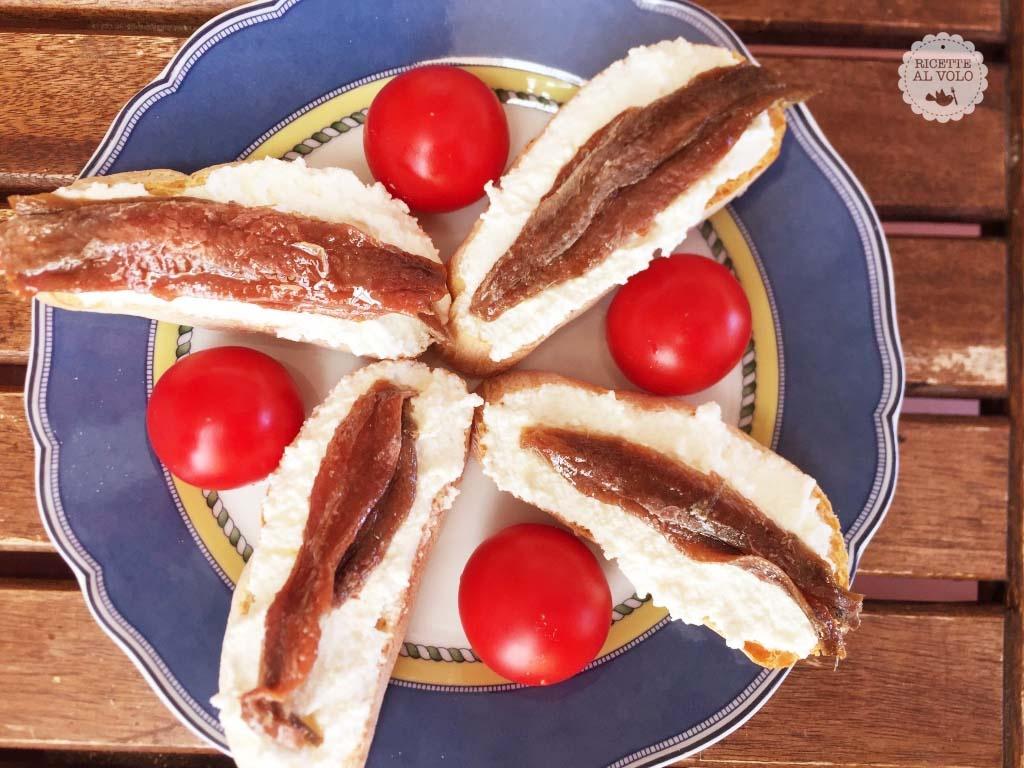Crostini con ricotta e filetti di alici sott'olio