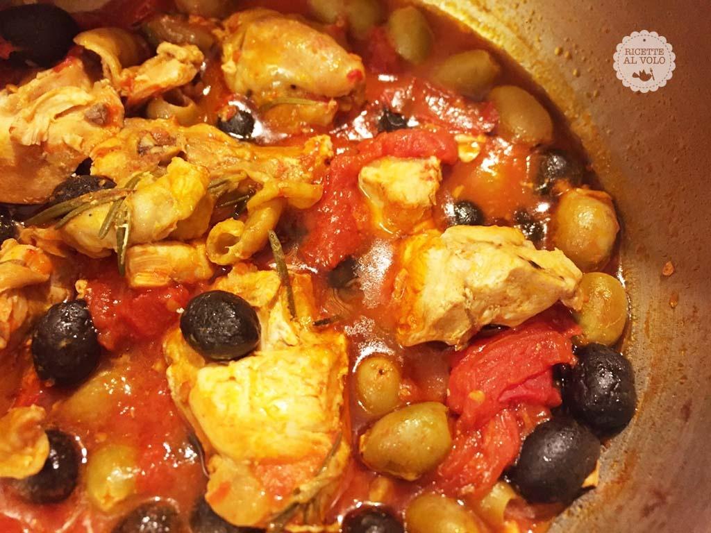 Pollo alla cacciatora in umido con olive
