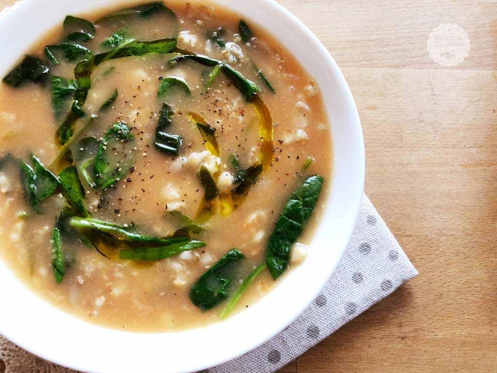 Zuppa con fiocchi d'avena, spinaci e funghi