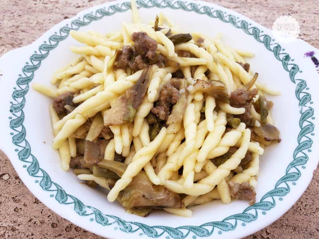 Trofie con carciofi, salsiccia e asparagi