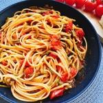 padella con linguine asparagi pomodori
