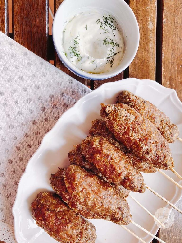 Arrosticini di carne macinata con salsa allo yogurt