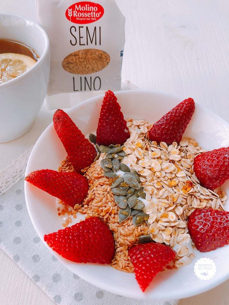 Colazione sana yogurt greco, semi e frutta