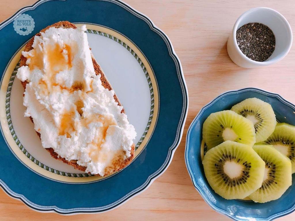 Colazione proteica con pane e ricotta