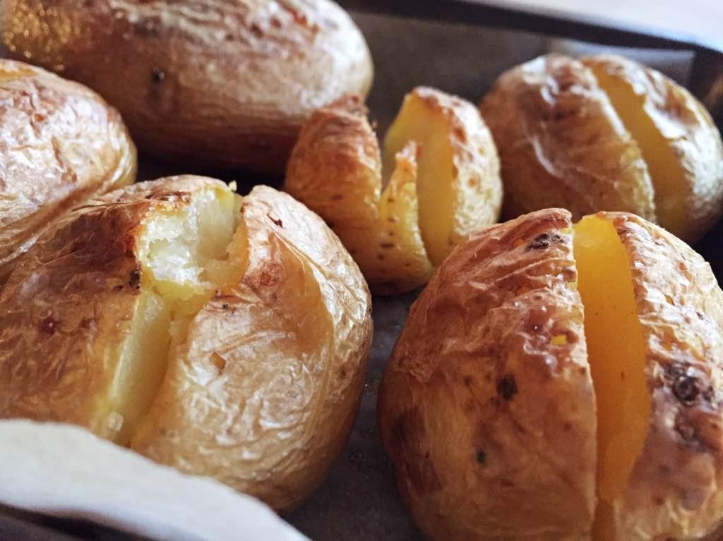 Patate al forno ripiene di formaggio