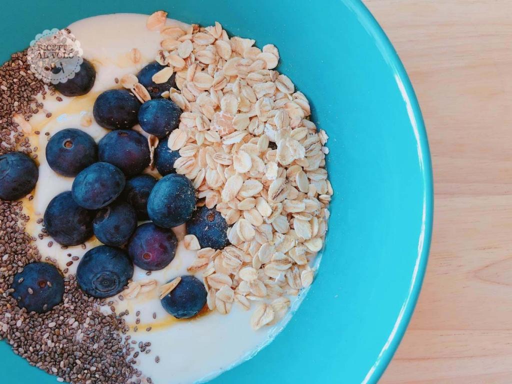Colazione sana con yogurt greco e mirtilli