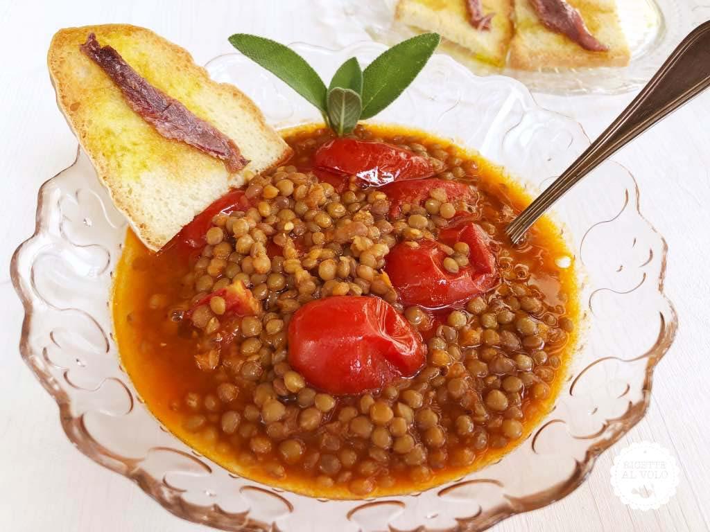 piatto con zuppa lenticchie e pomodori