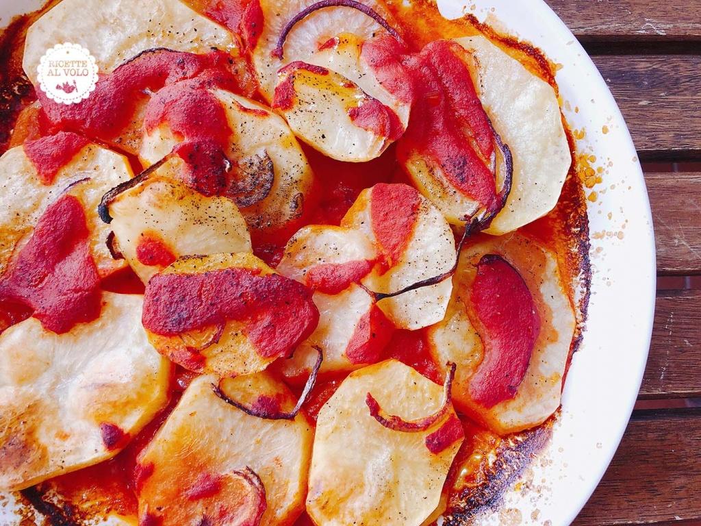 Patate al forno con pomodoro e cipolla
