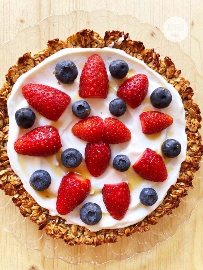 Pizza dolce ai fiocchi di avena con yogurt e frutta