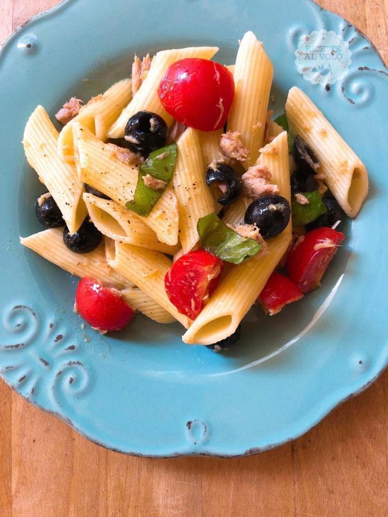 Pasta fredda con tonno e olive nere