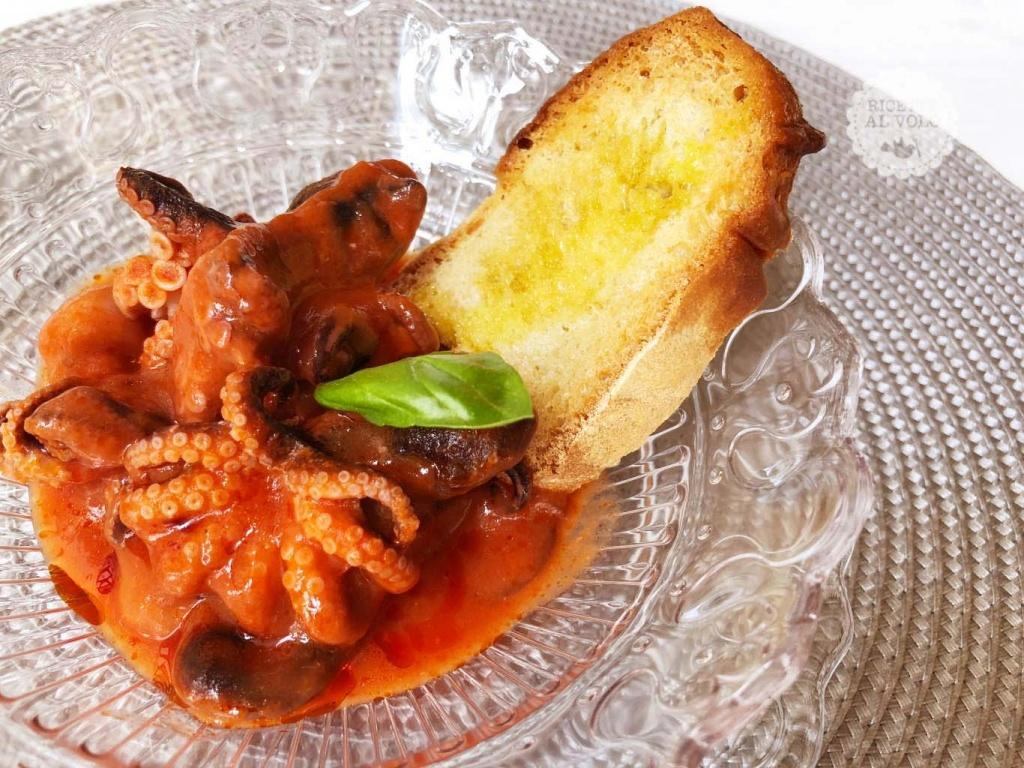 moscardini-in-umido-con-bruschette-di-pane