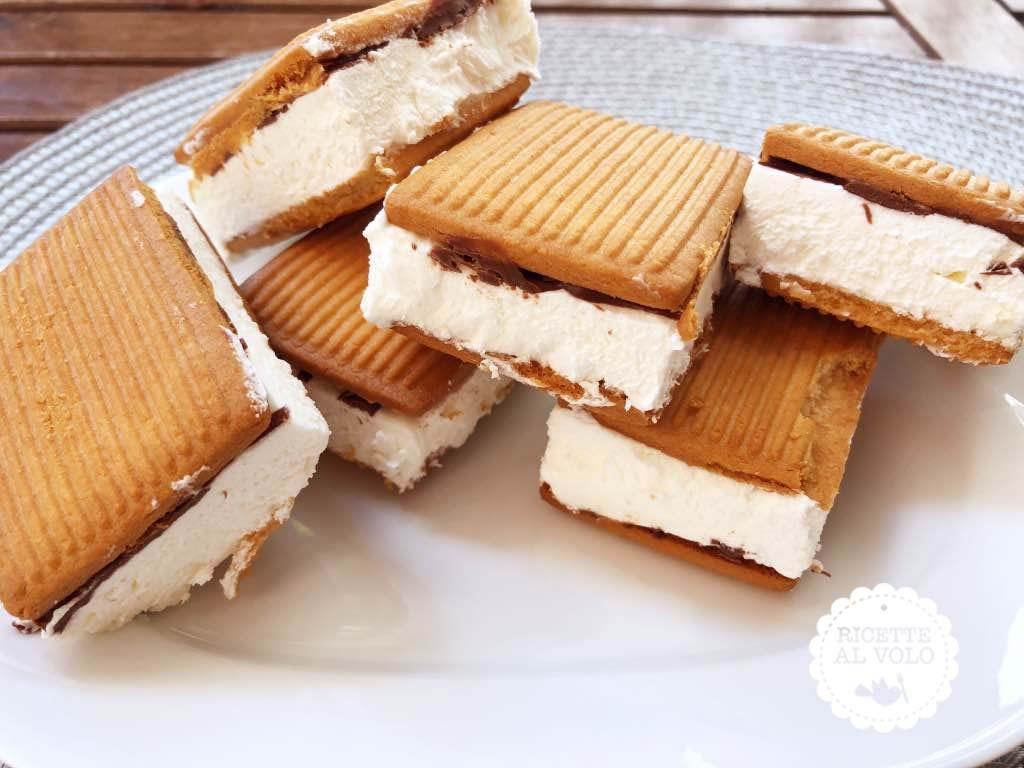 Gelato biscotto al gusto panna e crema di nocciole