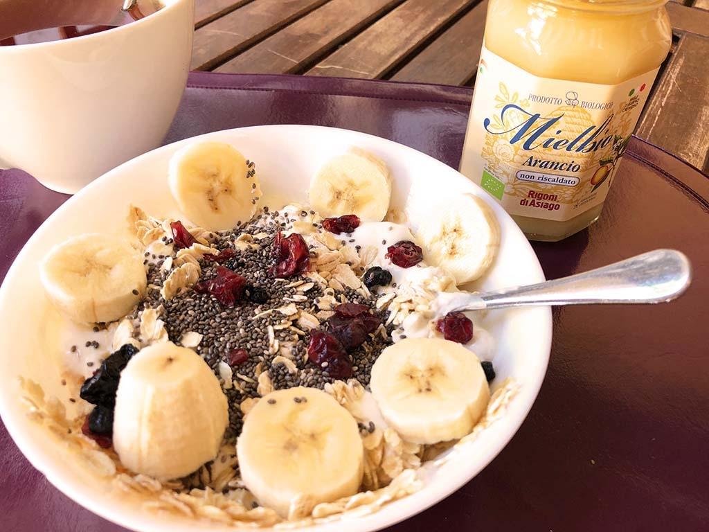 Gran ciotola con yogurt e cereali