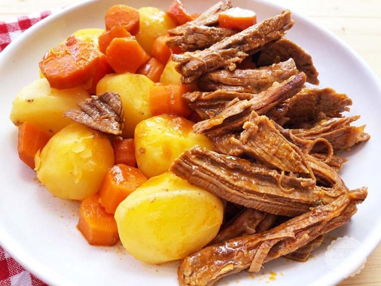 stufato di carne e patate con pentola a pressione