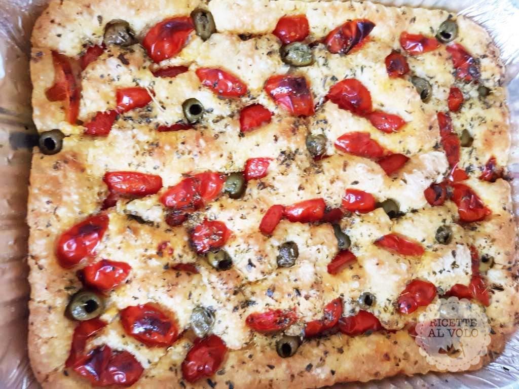 Focaccia con pomodorini e olive tipo pugliese