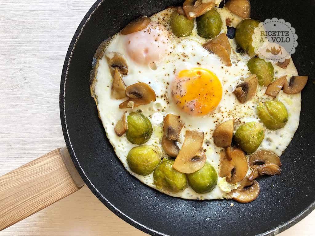 Uova al tegamino con funghi e cavoletti di Bruxelles