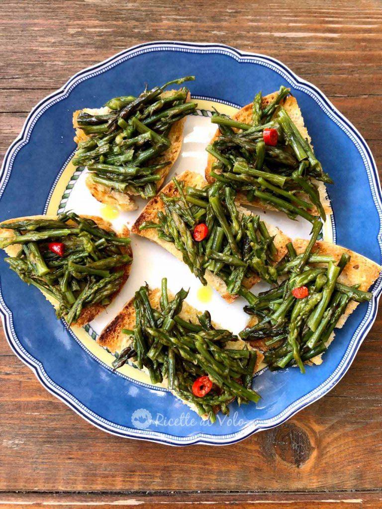 Bruschette sfiziose con gli asparagi selvatici