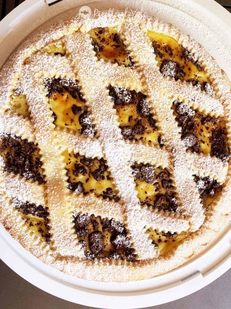 Crostata con crema pasticcera e scaglie di cioccolato fondente