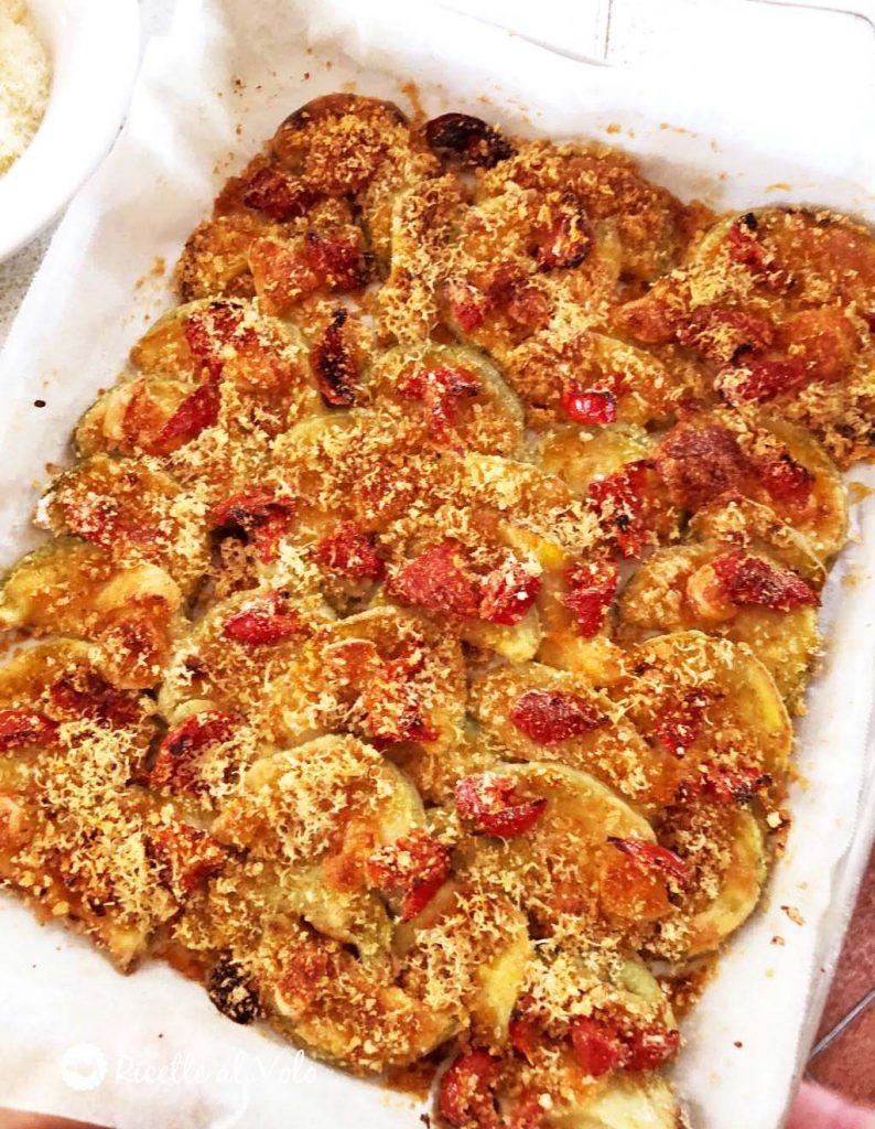 Zucchine appetitose al forno con formaggio e pomodori