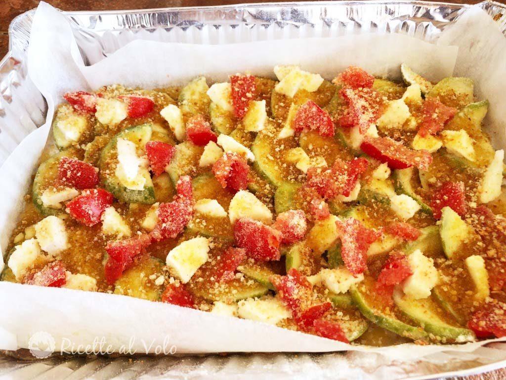 Zucchine appetitose al forno formaggio e pomodori