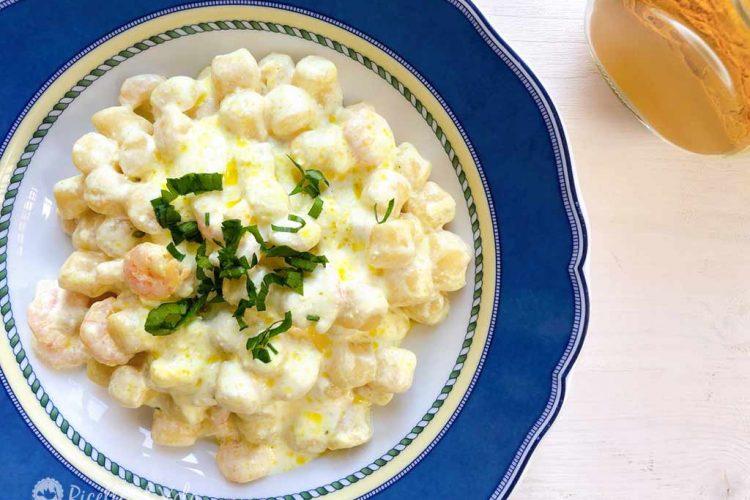 Gnocchetti di patate con panna, gamberetti e curcuma