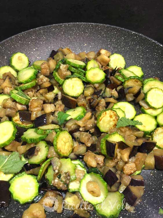 Polenta vegana con verdure spadellate e mandorle