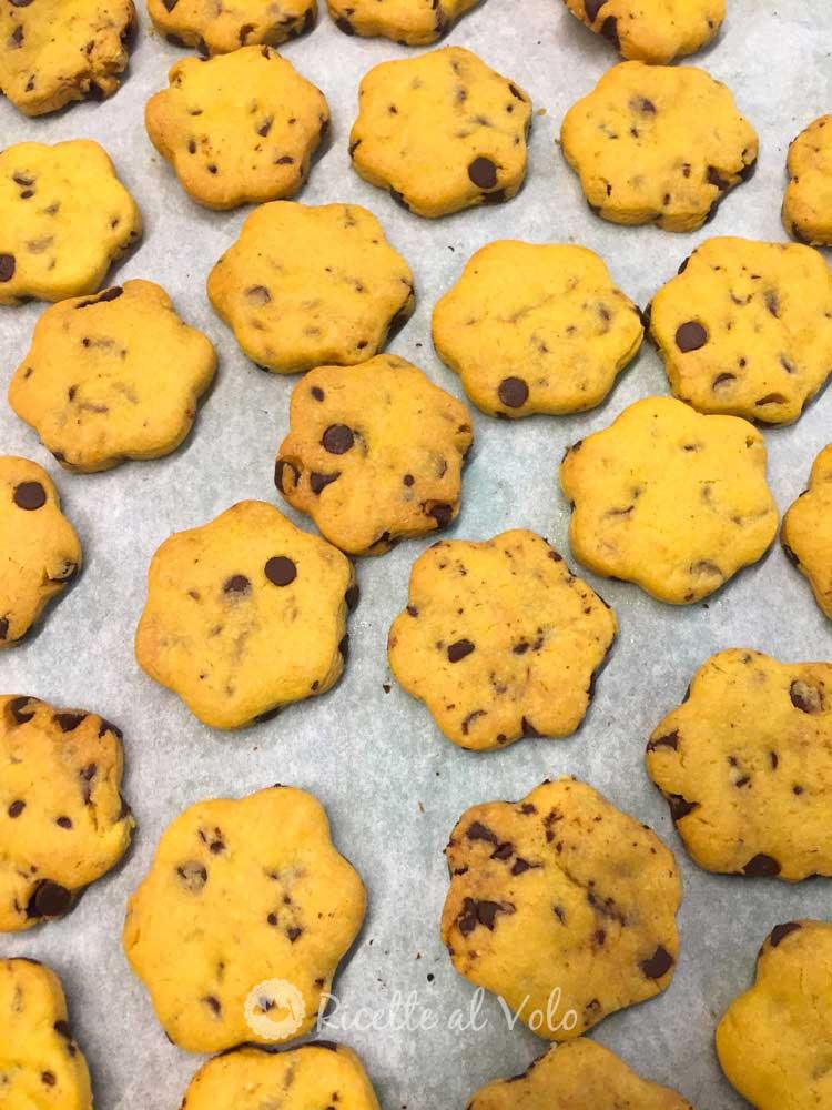 Biscotti con tuorli e gocce di cioccolato