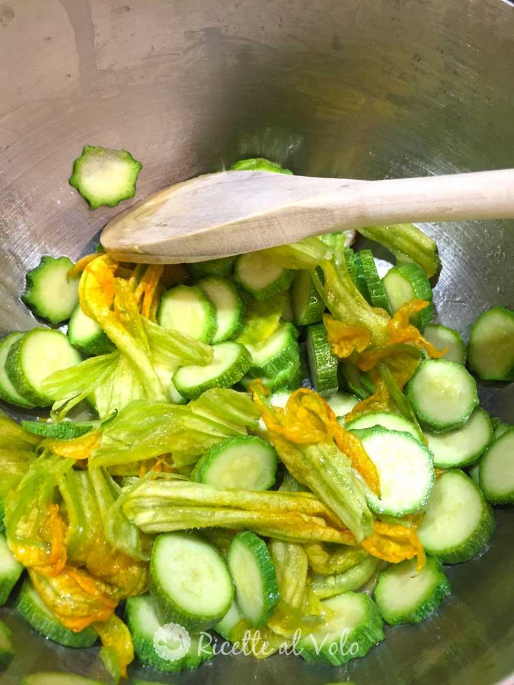 Riso con zucchine, fiori di zucca e curry