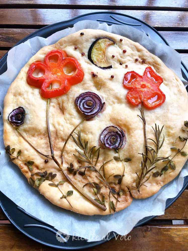 Focaccia decorata con verdure