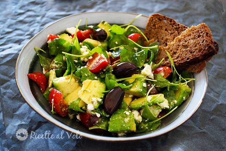 Insalata mediterranea con feta, olive e avocado