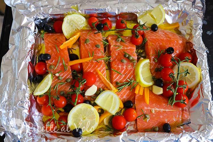 Tranci di salmone saporiti con capperi e verdure