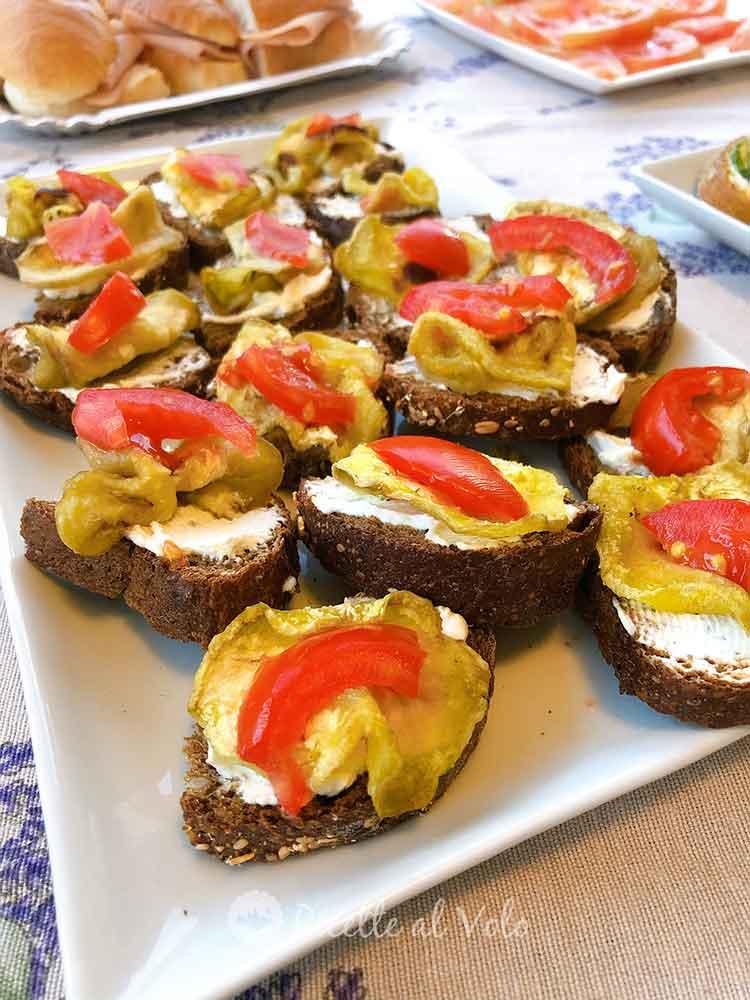 Bruschette con pane nero ai cerali e melanzane.