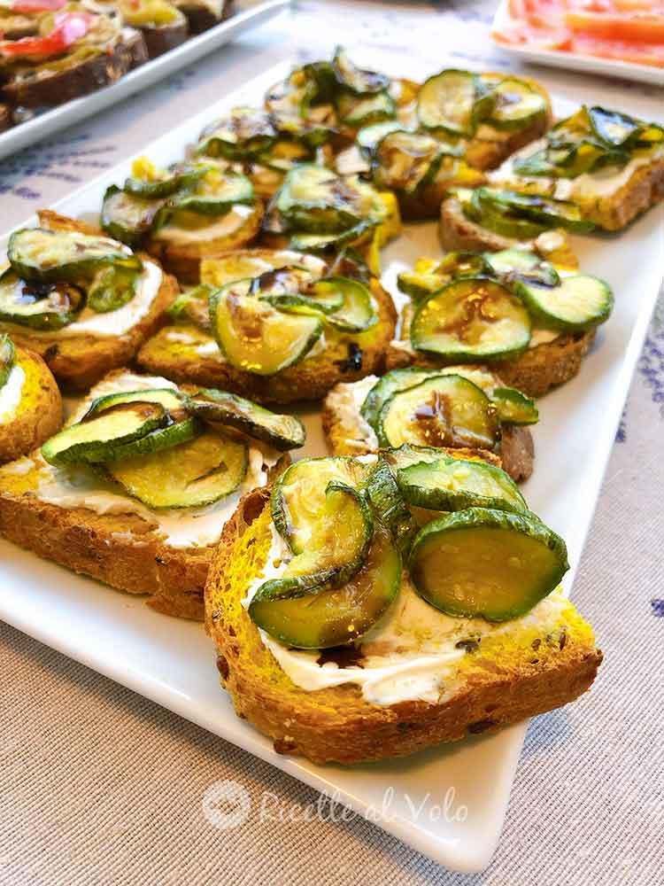 Bruschetta con pane alla curcuma e zucchine grigliate.