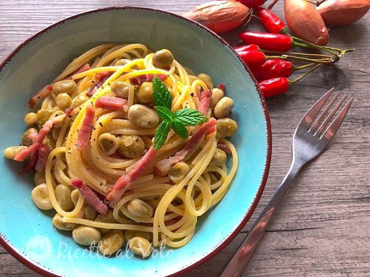 Spaghetti con fave e speck