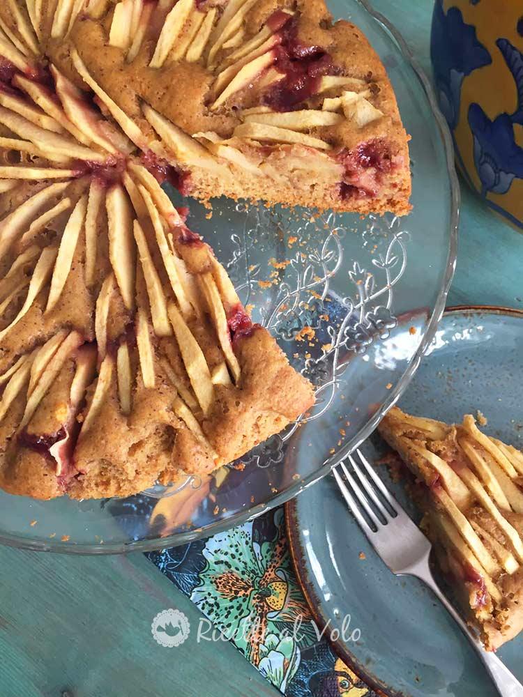 Torta di mele integrale con marmellata di mirtilli.